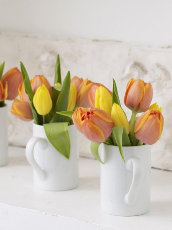 Tulpen im Interieur mehrfarbige Blüten in Porzellanbechern