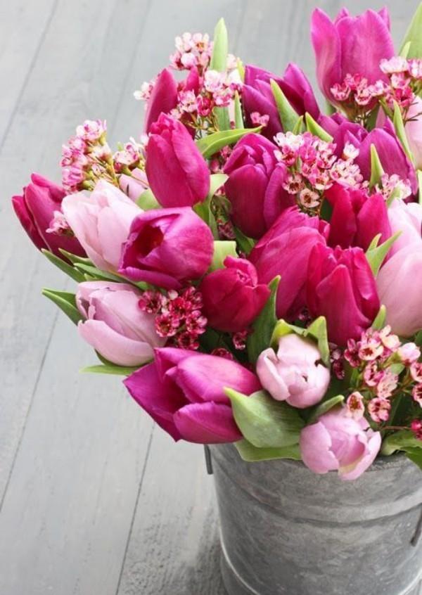 Tulpen im Interieur rosa und violett mit anderen kleinen Blüten kombiniert