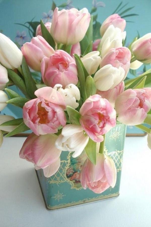 Tulpen im Interieur rosafarbene Blüten in Vintage-Behälter
