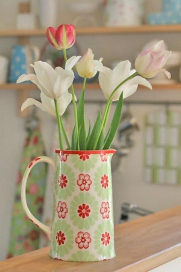 Tulpen im Interieur verschiedene Farben in Retro-Kanne