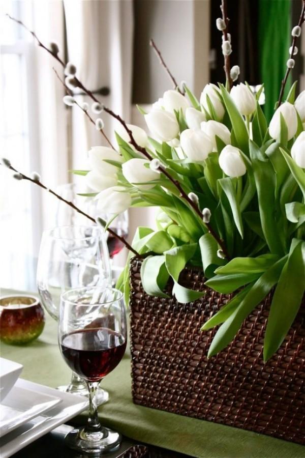 Tulpen im Interieur weiße Blüten im Korb auf dem Esstisch