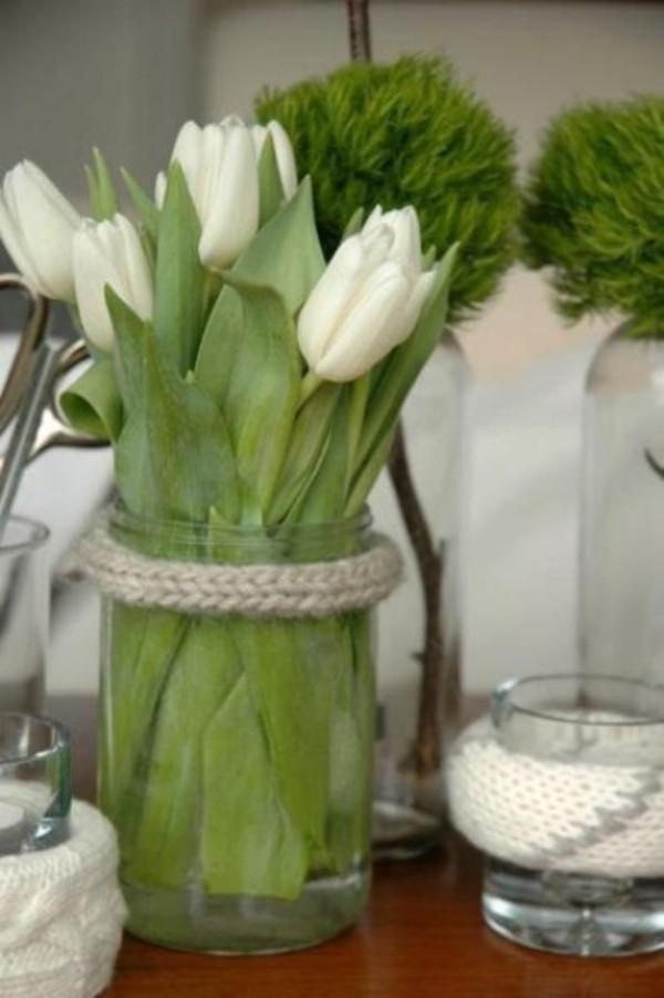 Tulpen im Interieur weiße Blüten in Glas