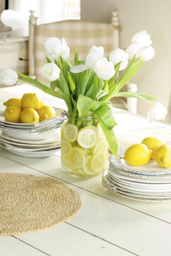 Tulpen im Interieur weiße Blüten strahlen Eleganz aus