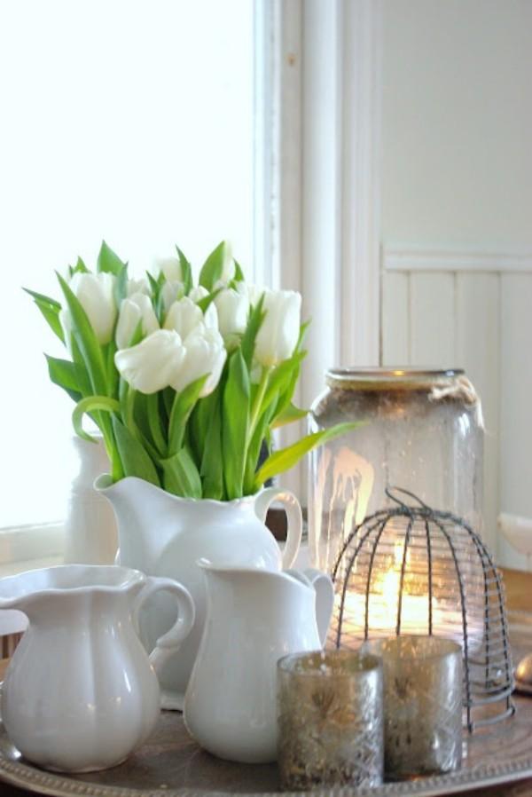 Tulpen im Interieur weiße Blüten weiße Kannen