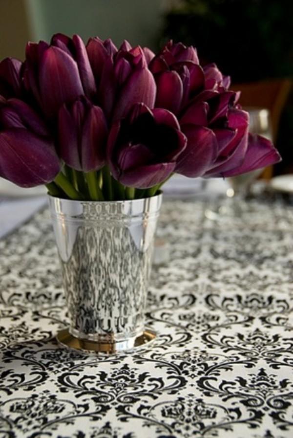 Tulpen im Interieur weinrote Blüten im silbernen Behälter
