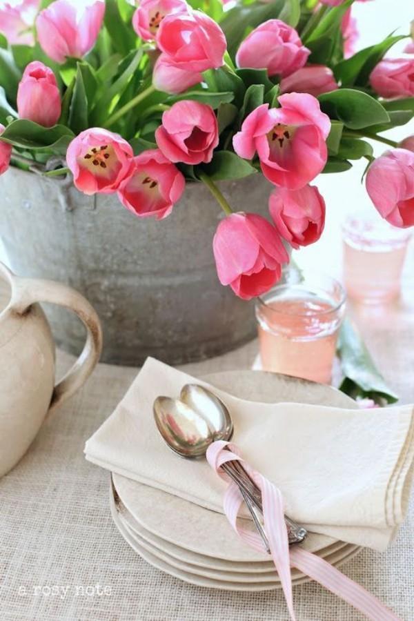 Tulpen im Interieur zarte dunkelrosa Blüten im alten Eimer auf dem Tisch
