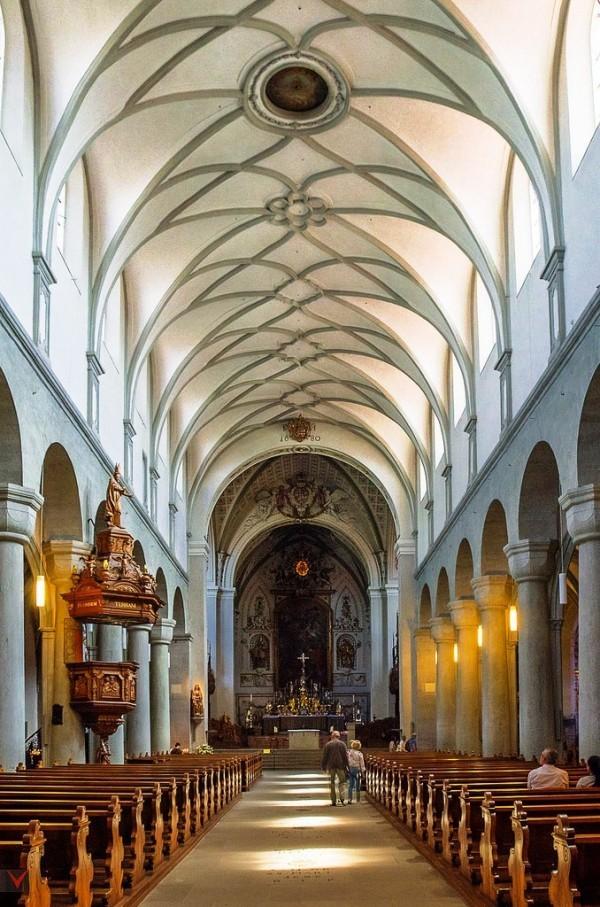 Urlaub in Konstanz – kennzeichnende Destinationen der größten Stadt am Bodensee minster kathedrale holzdecken innenraum