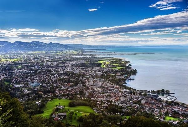 Urlaub in Konstanz – kennzeichnende Destinationen der größten Stadt am Bodensee panorama von bodensee und konstanz