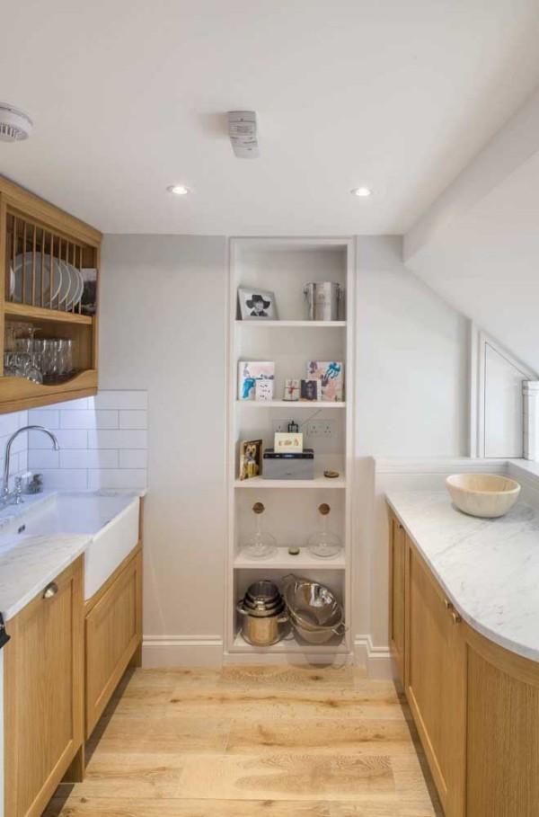 einbauregala in einer kleinen küche wandgestaltung