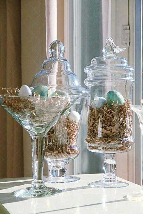 fensterbank deko mit ostereiern und gläsern