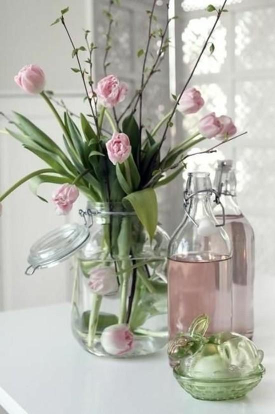 fensterbank deko zarte tulpen zu ostern