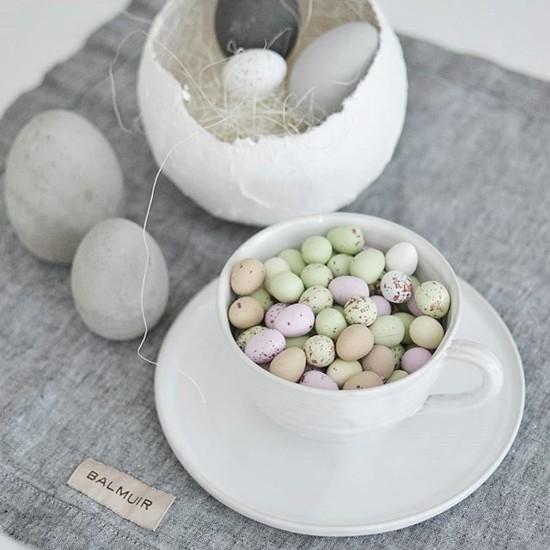 osterdeko ideen mit kleinen eiern und gipseiern