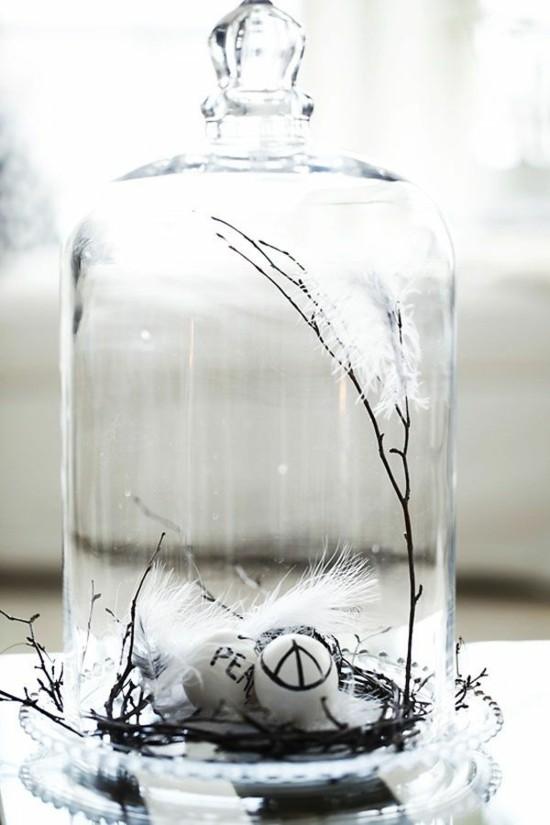 osterdeko ideen minimalistisch in glasglocke