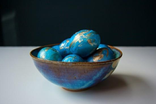 ostereier marmorieren mit blau und gold