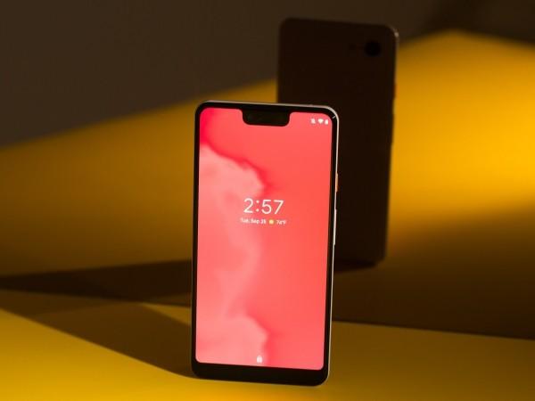 pixel smartphone mit einem rosa bildschirm
