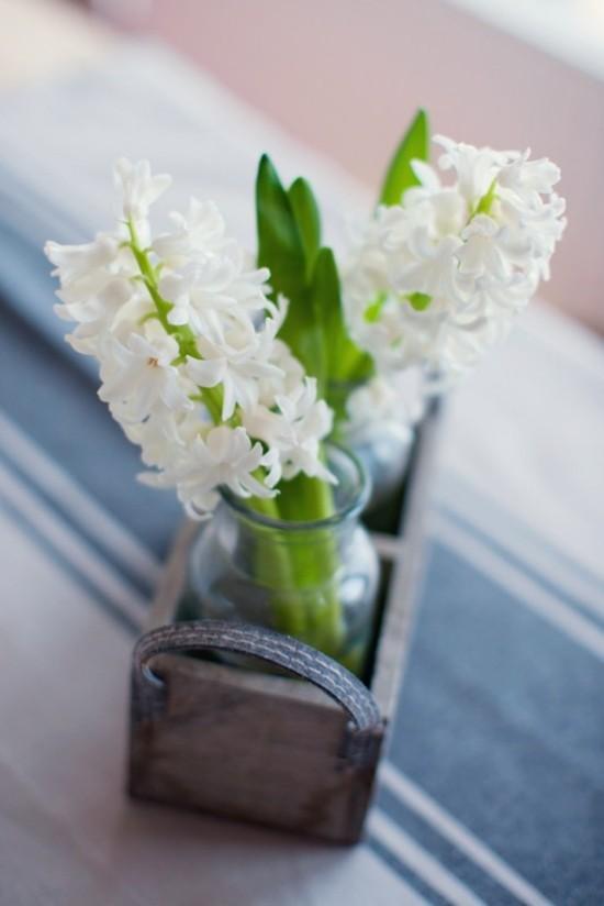 weiße Hyazinthen im Glas im Holzkasten