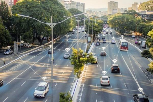 5G-kompatible Autos werden bald zur Realität und unsere Sicherheit verbessern universelle konnektivität mit alles in der umgebung