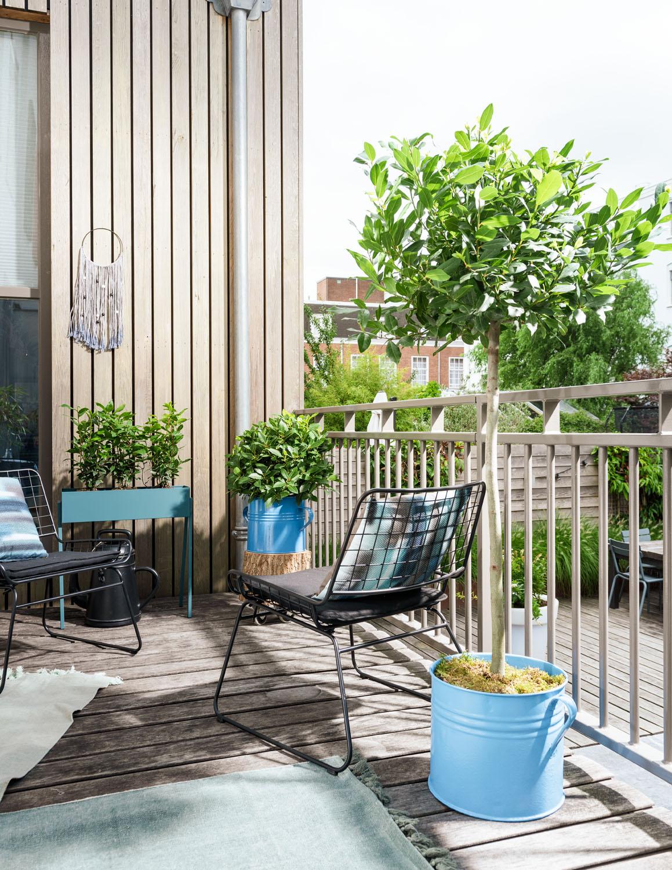 Balkon Ideen kleinen Balkon gestalten Blumenkasten voller Pflanzen Tisch Stühle