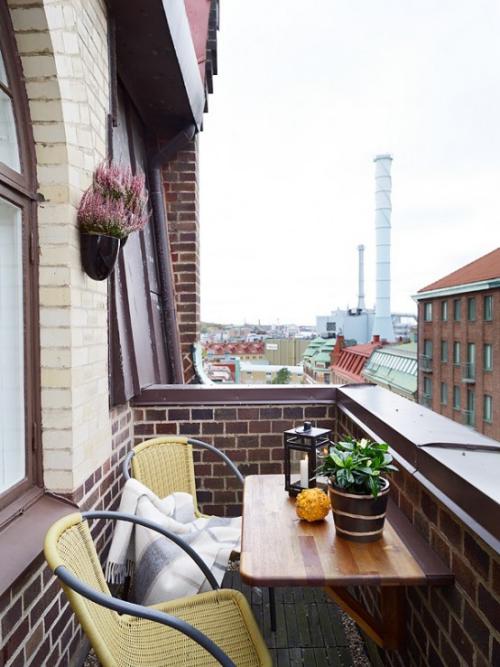 Balkon Ideen kleinen Balkon gestalten Klapptisch zwei Stühle Blumen