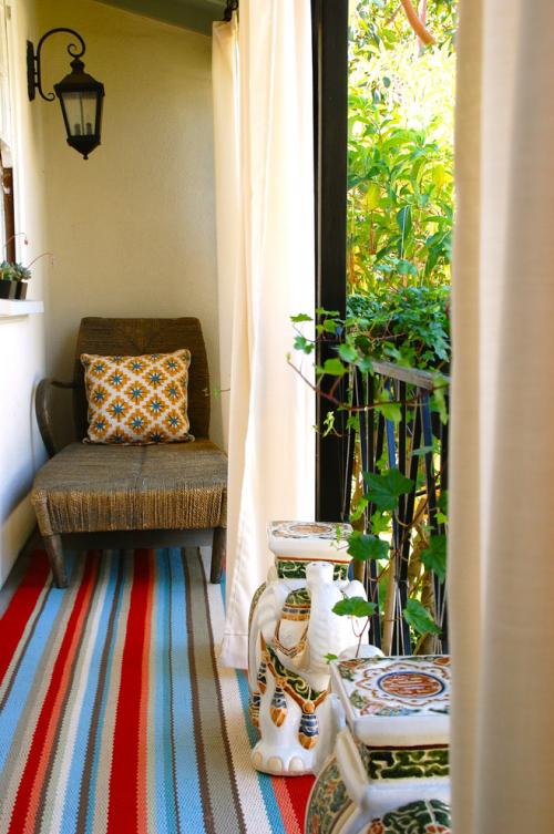 Balkon Ideen kleinen Balkon gestalten alter Sessel bunter Teppich