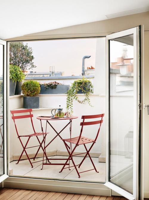 Balkon Ideen kleinen Balkon gestalten gut geschützt zwei Stühle Tisch Grünpflanzen