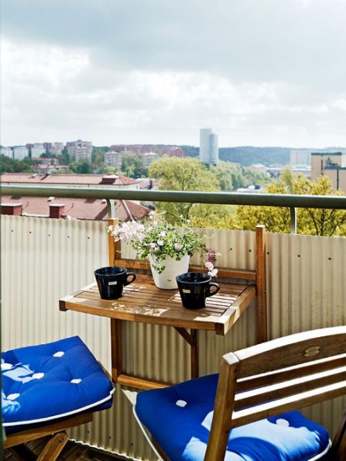 Balkon Ideen kleinen Balkon gestalten marineblaue Sitzkissen