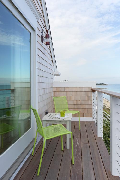 Balkon Ideen kleinen Balkon gestalten minimalistisch Tisch