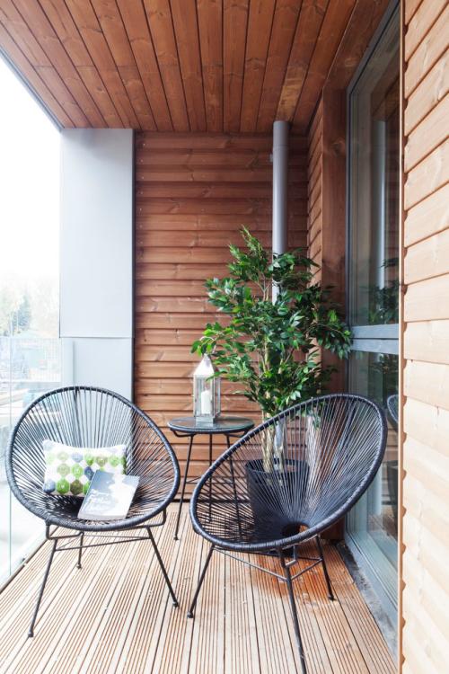 Balkon Ideen kleinen Balkon gestalten puristisch Holz Grünpflanze zwei Sessel aus Metall