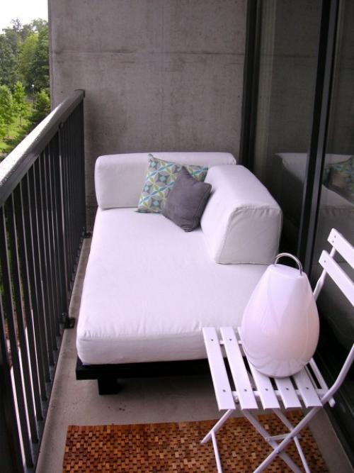 Balkon Ideen kleinen Balkon gestalten schneeweißes Sofa Hocker