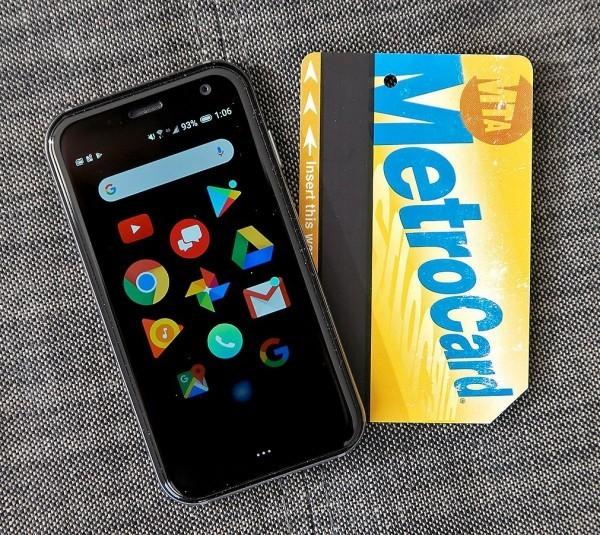 Das winzige Palm Smartphone ist ab sofort ein selbstständiges Gerät genauso groß wie eine mastercard