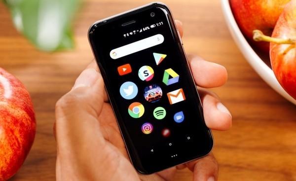 Das winzige Palm Smartphone ist ab sofort ein selbstständiges Gerät winzig klein wie eine kreditkarte
