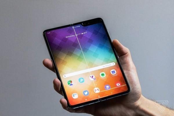 Defekte verzögern Freigabe von Samsung Galaxy Fold defekt linien durch bildschirm