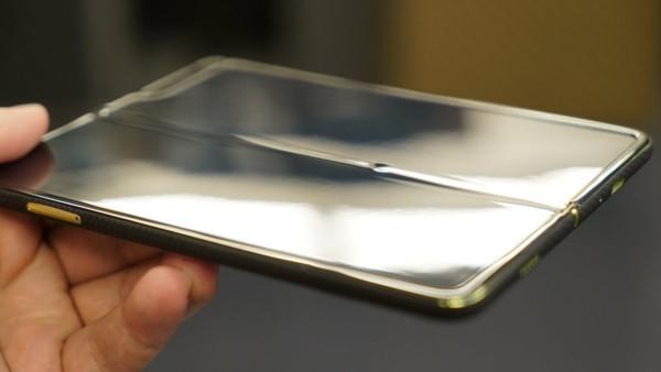 Defekte verzögern Freigabe von Samsung Galaxy Fold handy verbogen defekt
