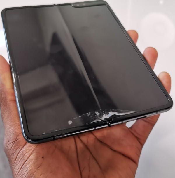 Defekte verzögern Freigabe von Samsung Galaxy Fold sticker bildschirm löst sich