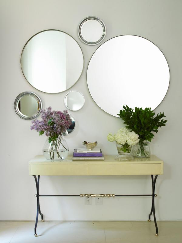 Dekorative Wandspiegel im Flur Arrangement aus fünf runden Formen