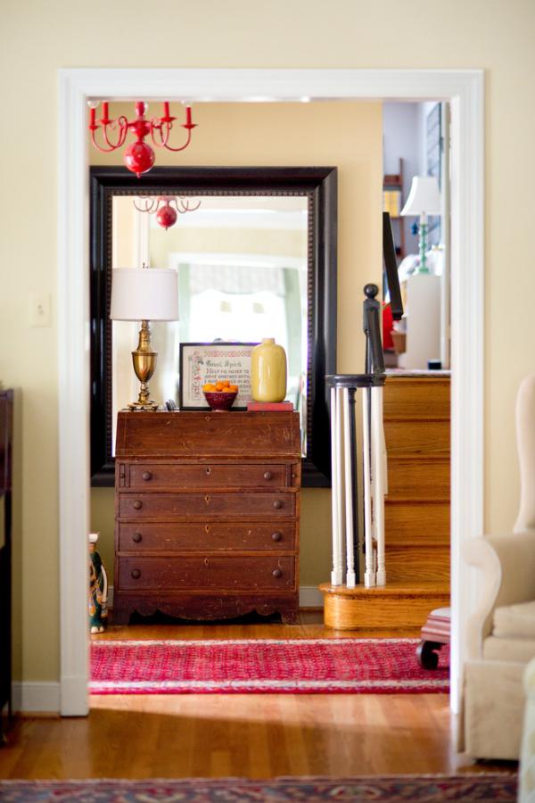 Dekorative Wandspiegel im Flur Blick zur Diele großer Spiegel großer Holzschrank