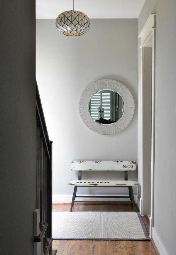 Dekorative Wandspiegel im Flur Design in Grau kleine rustikale Sitzbank kleiner runder Spiegel