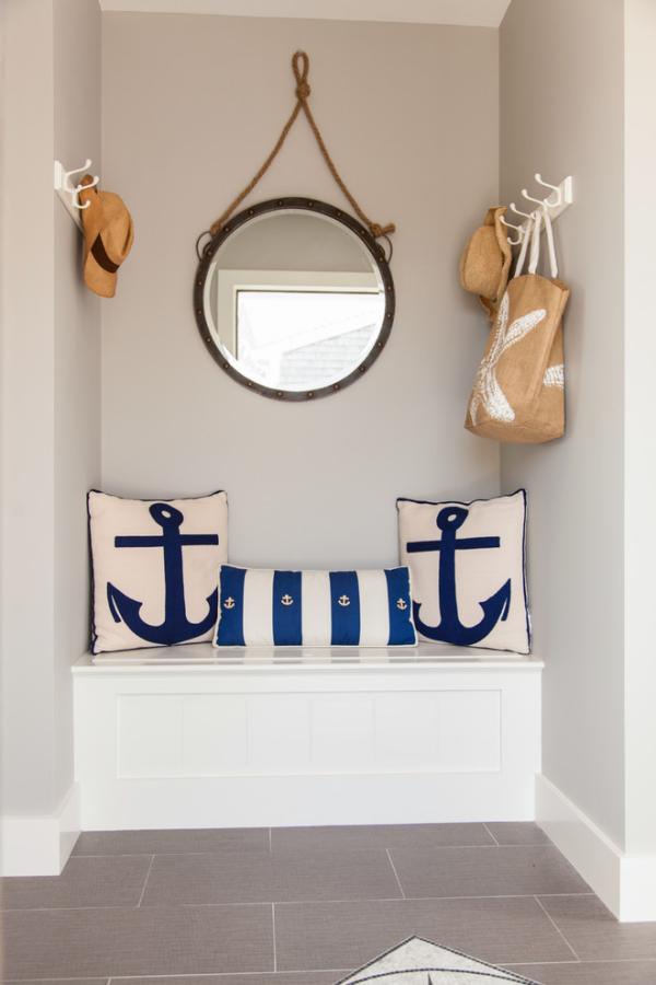 Dekorative Wandspiegel im Flur Ecke in der Diele runder Spiegel Deko Kissen Strand Feeling