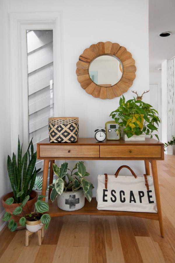 Dekorative Wandspiegel im Flur Holz und grüne Pflanzen