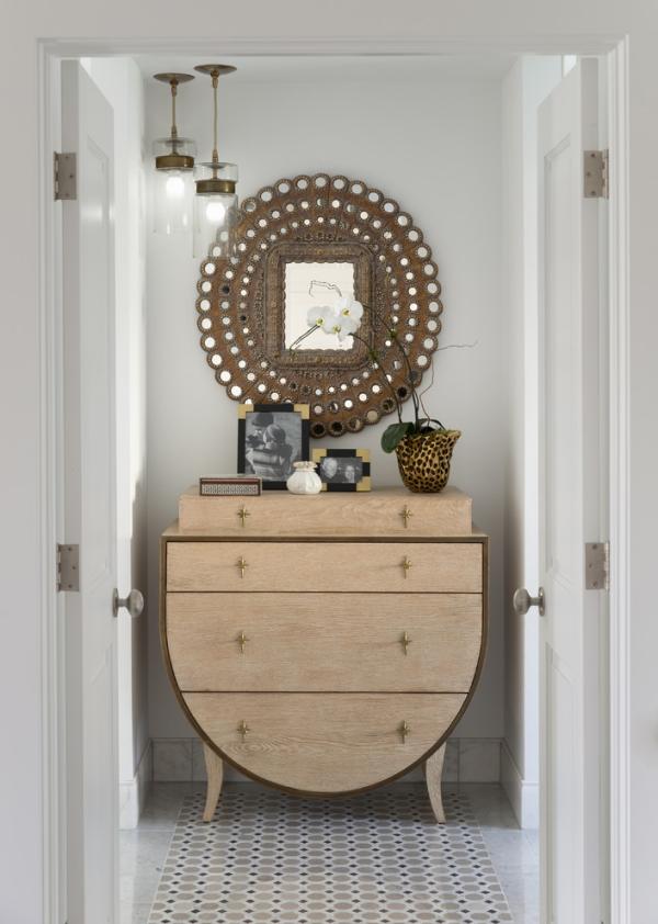 Dekorative Wandspiegel im Flur Holzschrank brauner Spiegelrahmen