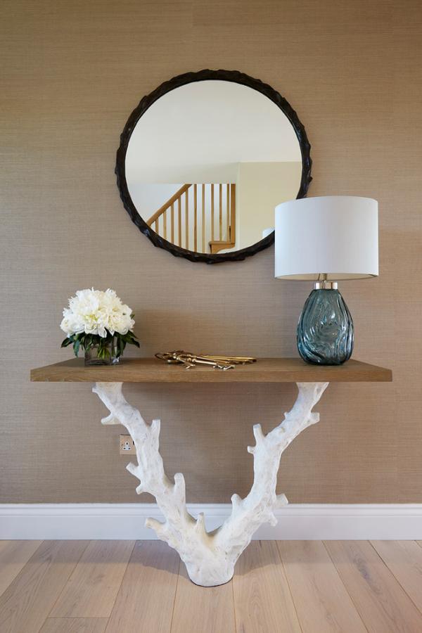 Dekorative Wandspiegel im Flur Tischbein aus Treibholz weiß gestrichen