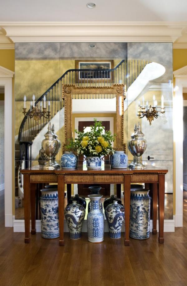 Dekorative Wandspiegel im Flur Treppenhaus viele Porzellanvasen rechteckige Spiegelform