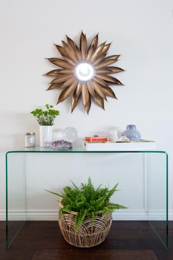 Dekorative Wandspiegel im Flur ansprechendes Design frisches Grün im Korb Vase