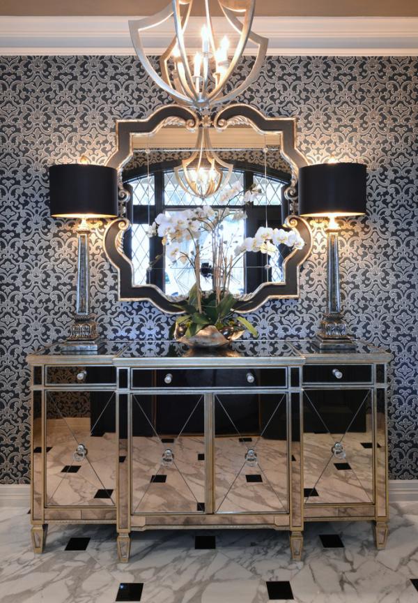 Dekorative Wandspiegel im Flur ausgefallenes Design interessante Beleuchtung Wandlampen beiderseits