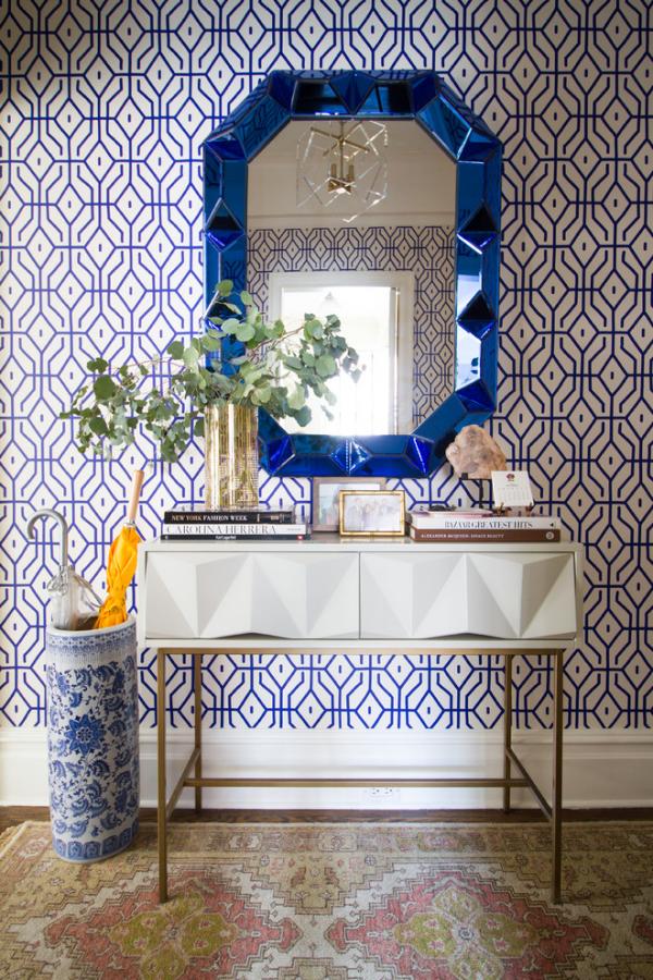 Dekorative Wandspiegel im Flur blau gemusterte Tapete blauer Rahmen