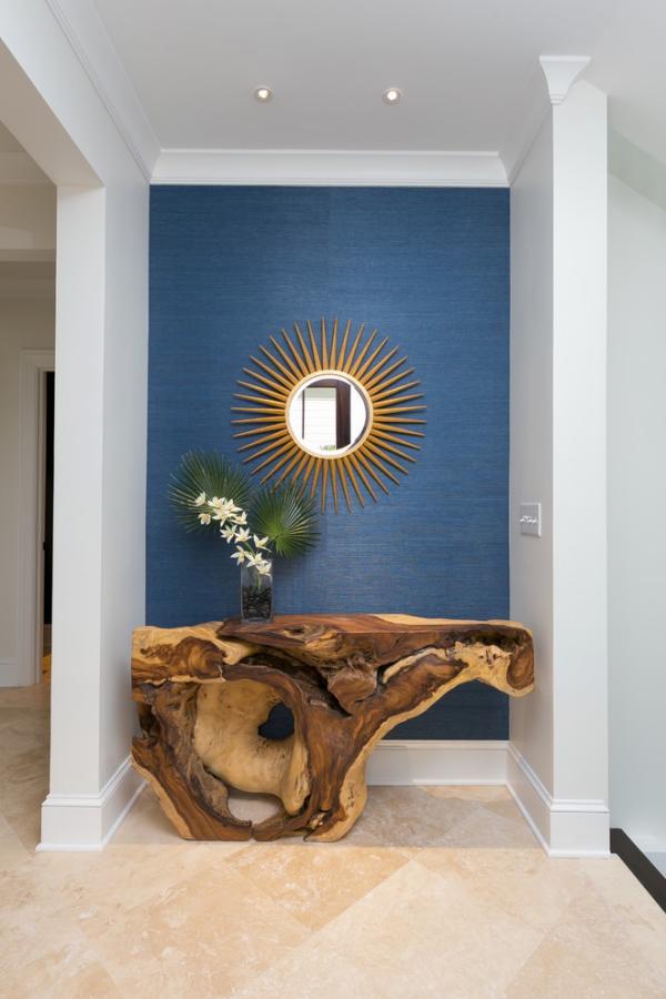 Dekorative Wandspiegel im Flur blauer Hintergrund Tisch aus Treibholz attraktives Design