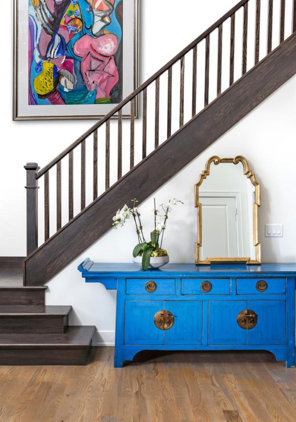 Dekorative Wandspiegel im Flur blauer Schrank angelehnter Spiegel unter der Treppe