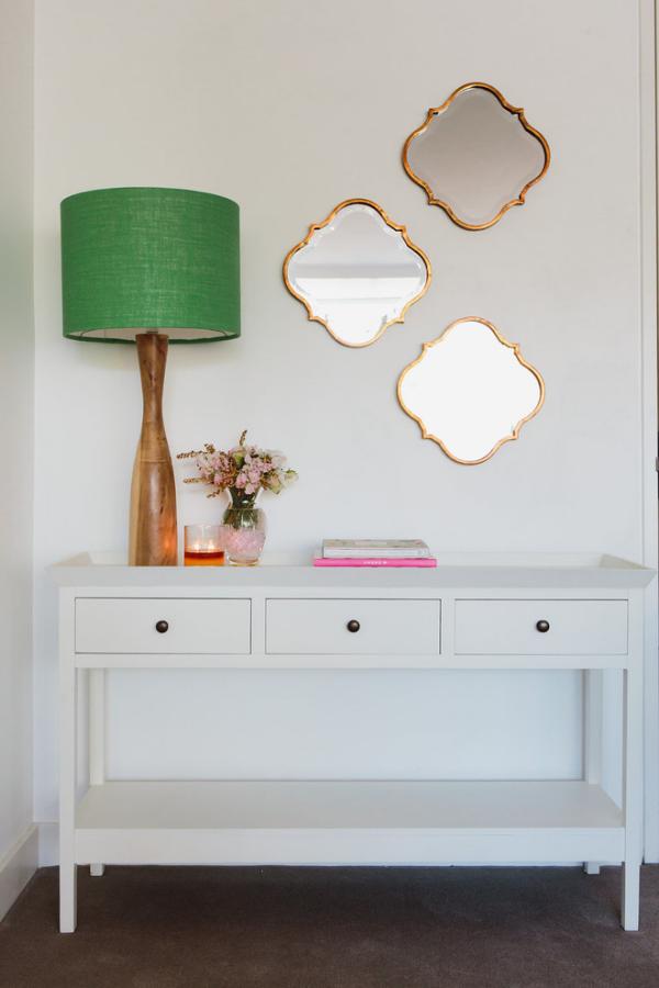 Dekorative Wandspiegel im Flur drei unregelmäßige Form Tisch Lampe Vase