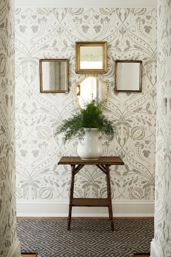 Dekorative Wandspiegel im Flur gemusterte Wandtapete einige kleine Spiegel