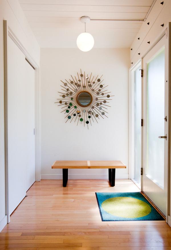Dekorative Wandspiegel im Flur helle Diele viel Licht runder Spiegel interessantes Design